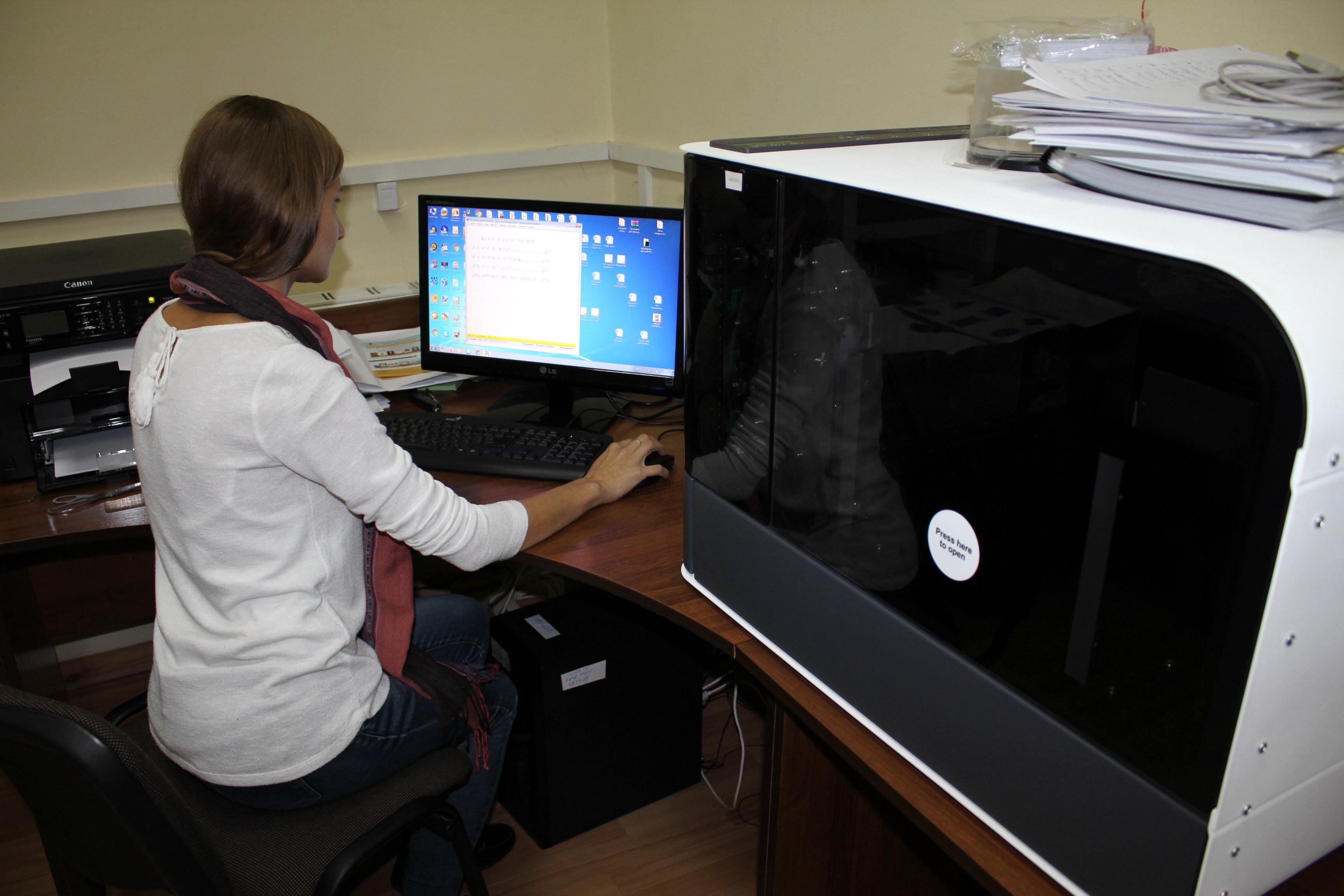 Катя Івашутіна біля BraileBox за комп'ютером редагує текст