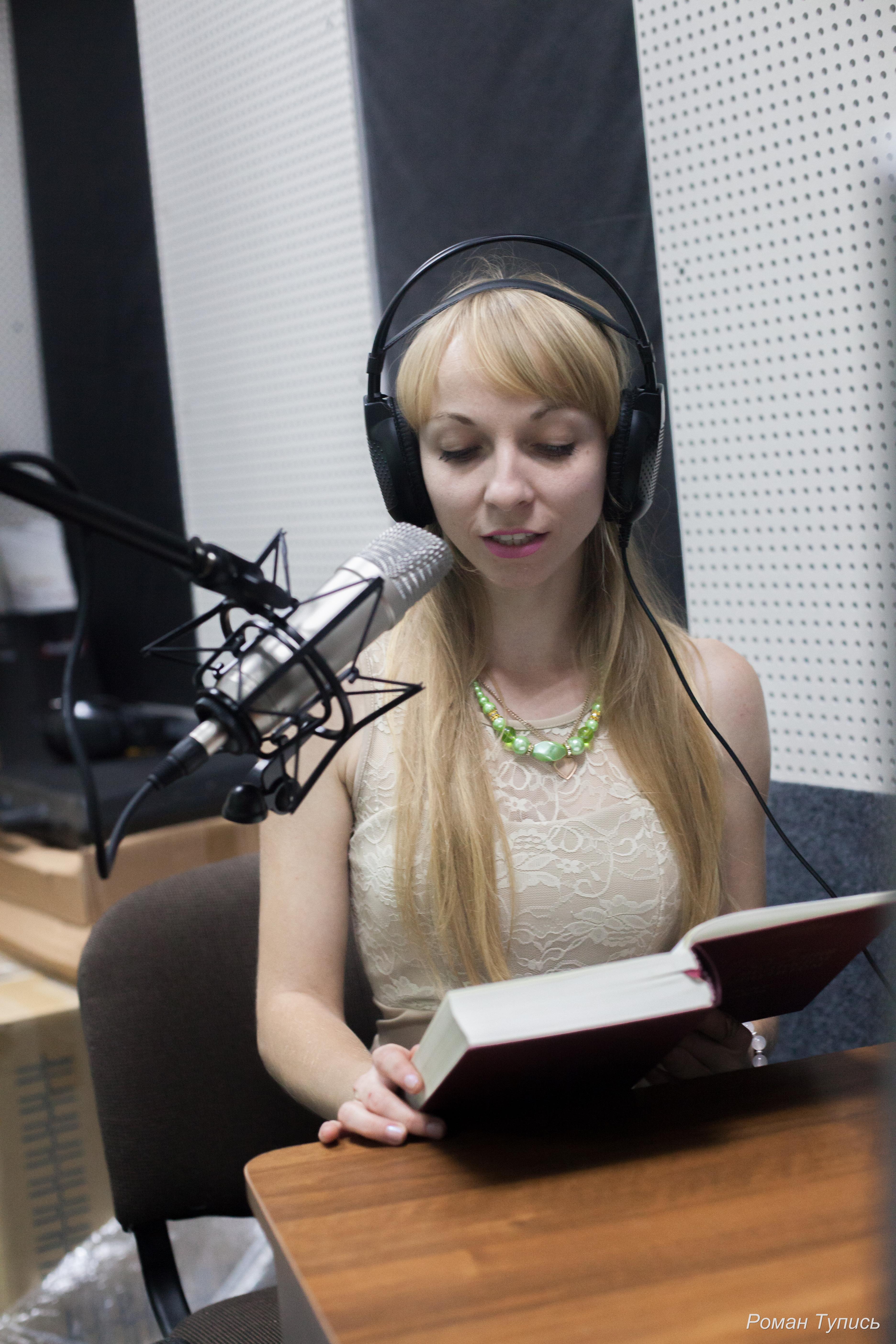 Марта Сидоряк в студії звукозапису над аудіюванням підручника
