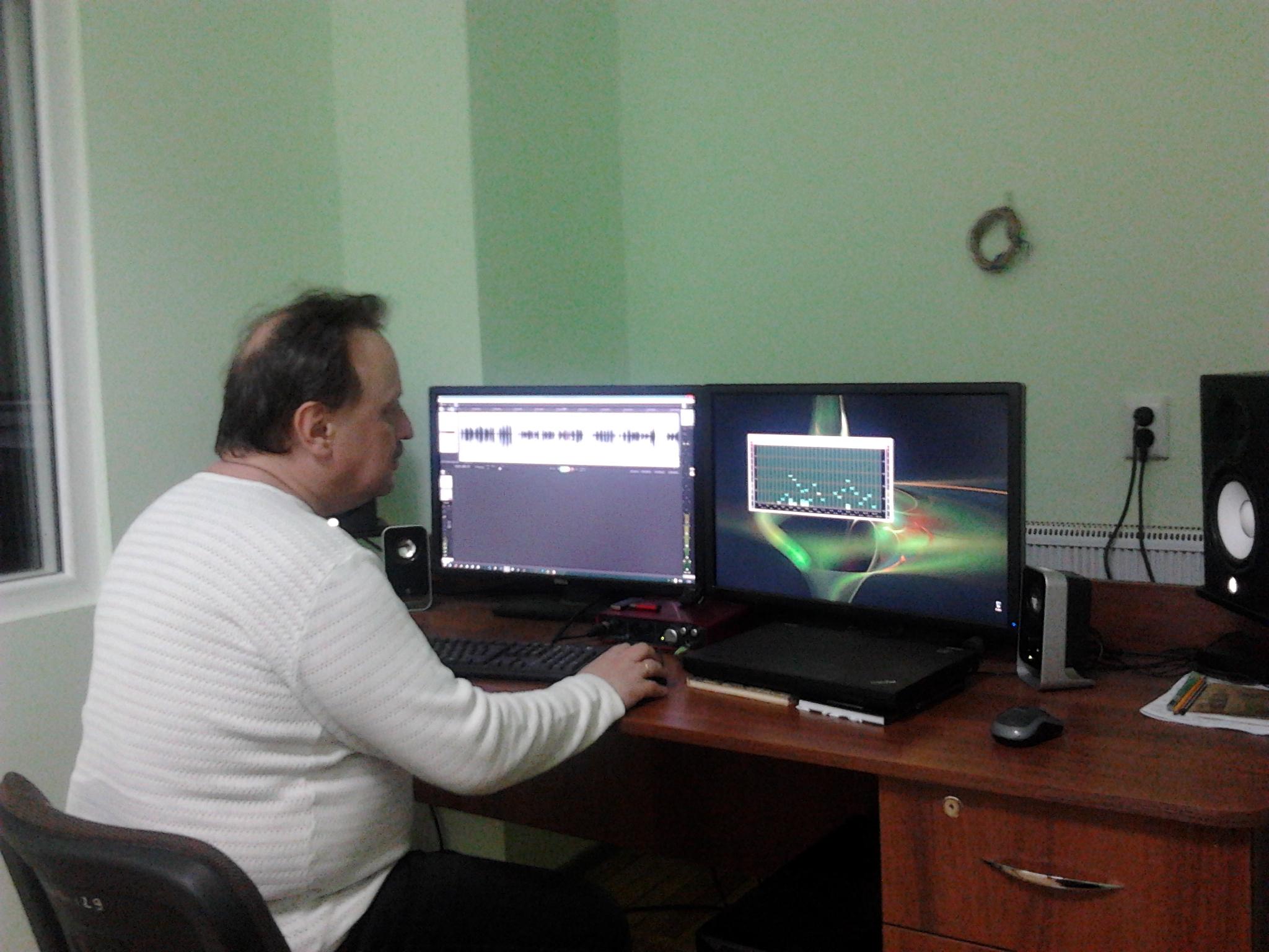 Ярослав Босий редагує аудіокнигу в студії звукозапису