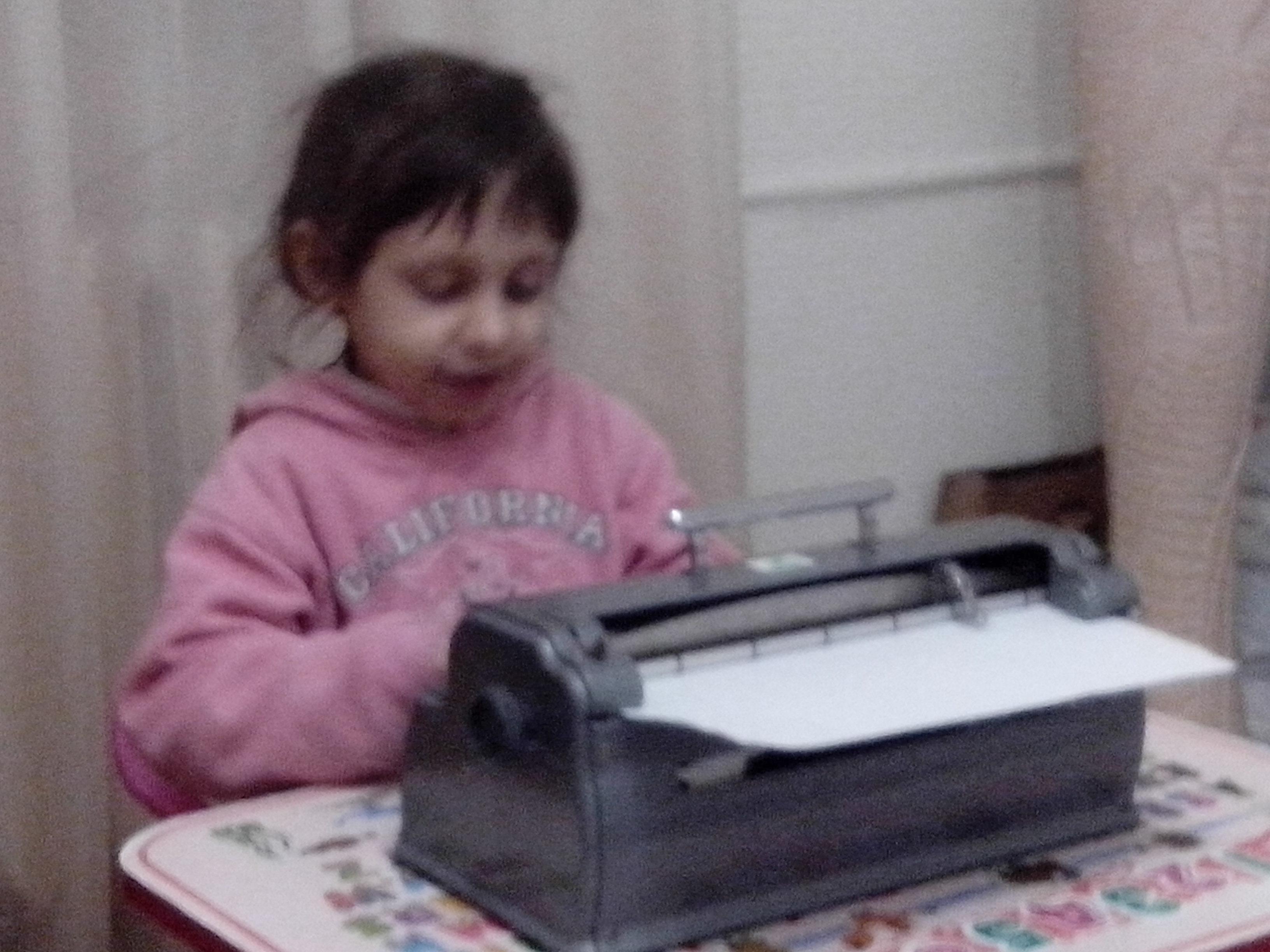 Марія Токар друкує на машинці, Дніпро