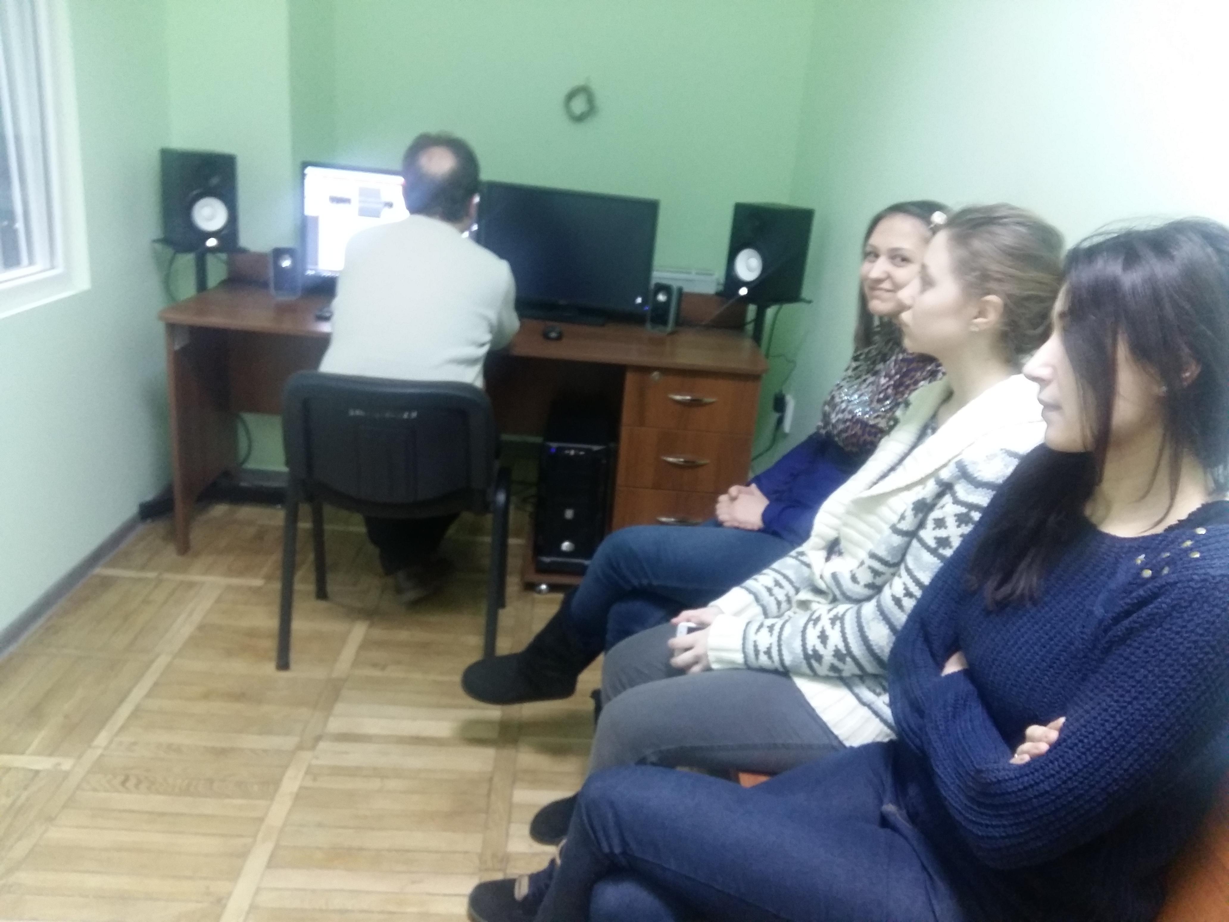 Звукорежисер Ярослав Босий з дикторами у студії звукозапису