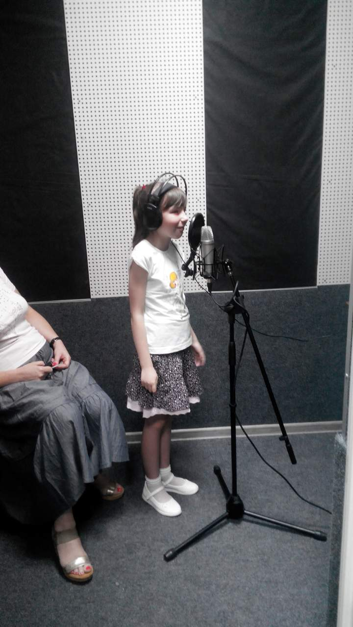 Софійка Хома записує пісню в студії звукозапису