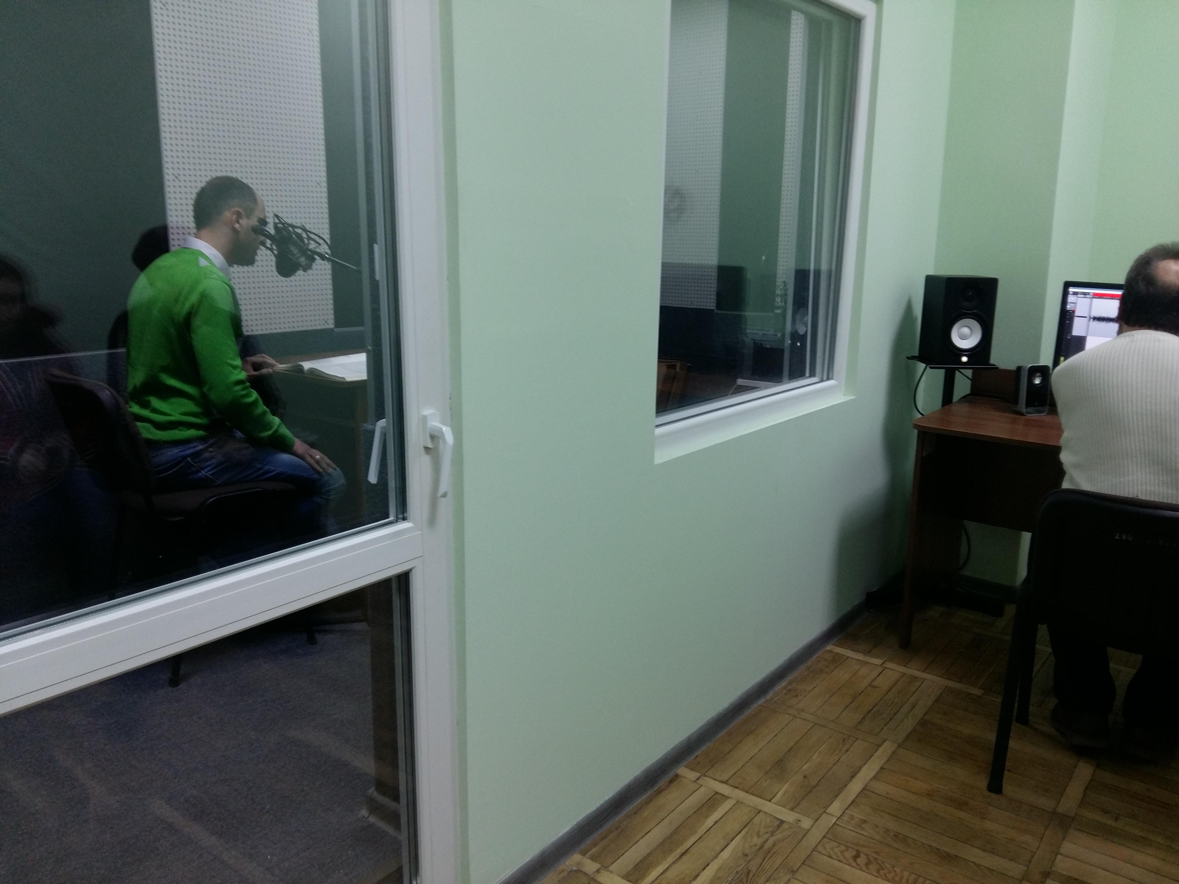 Ярослав Босий працює з волонтером у студії над аудіюванням підручника